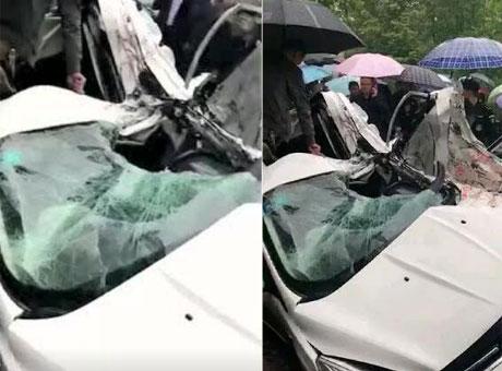 巴中一小车与货车相撞 致一人死亡四人受伤