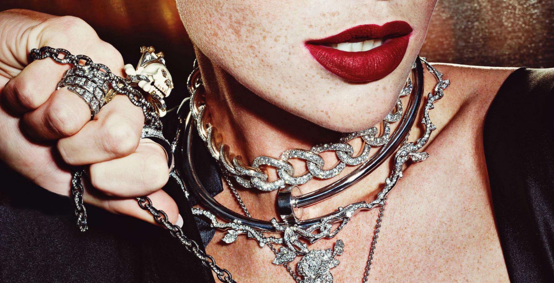 珠宝,一种特别微小但极具杀伤力的武器。哪怕是一颗小小的钻石或者珍珠,都能让整个人闪耀起来,不分年龄与容貌。
