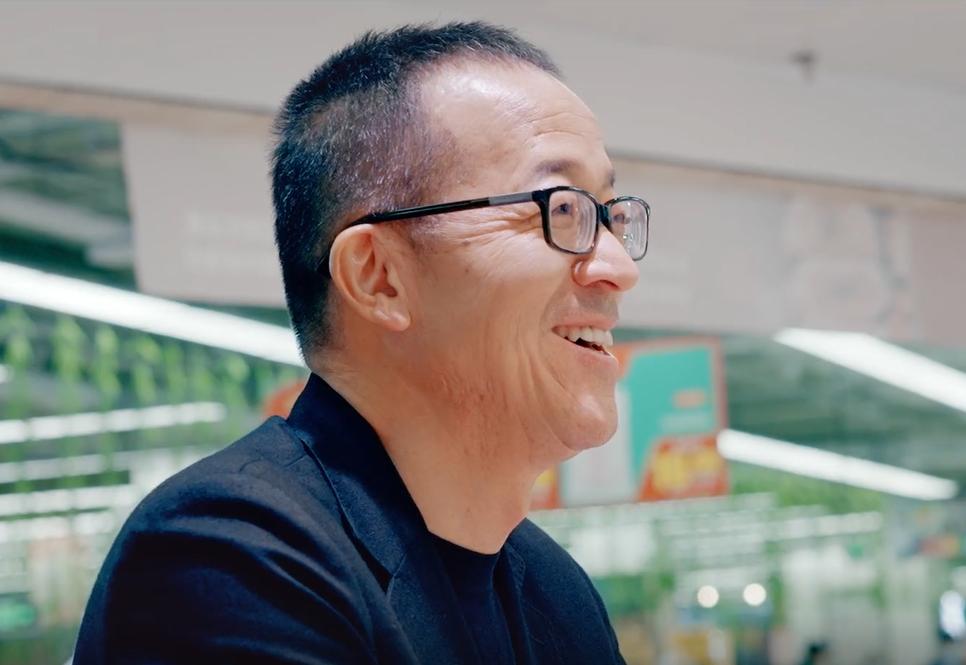 俞敏洪去物美超市,耿直90后小伙:我不认识你是谁