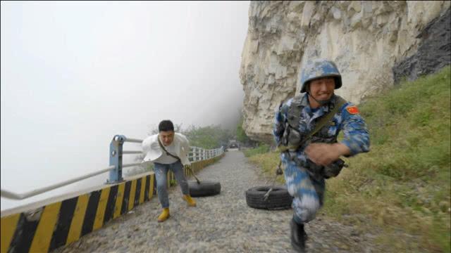 中国军人魔鬼训练!负重30斤拖着轮胎爬坡,训练要跑15次